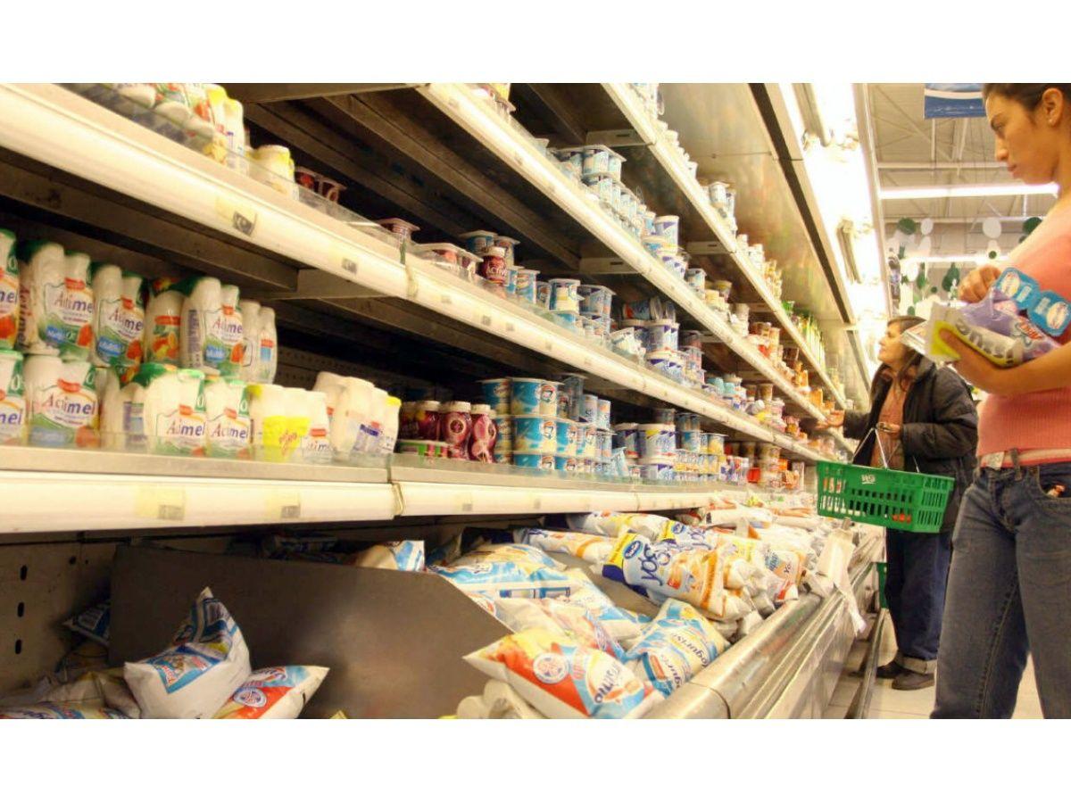 El consumo en hipermercados cayó 4% en junio, con picos de 6%