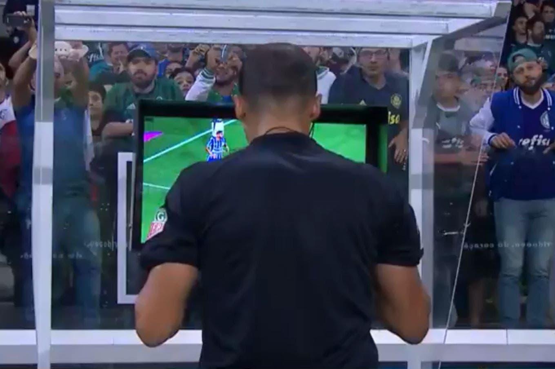 """""""Me juego la vida"""": la polémica por el VAR en Palmeiras-Godoy Cruz y la explicación que habría dado el árbitro"""