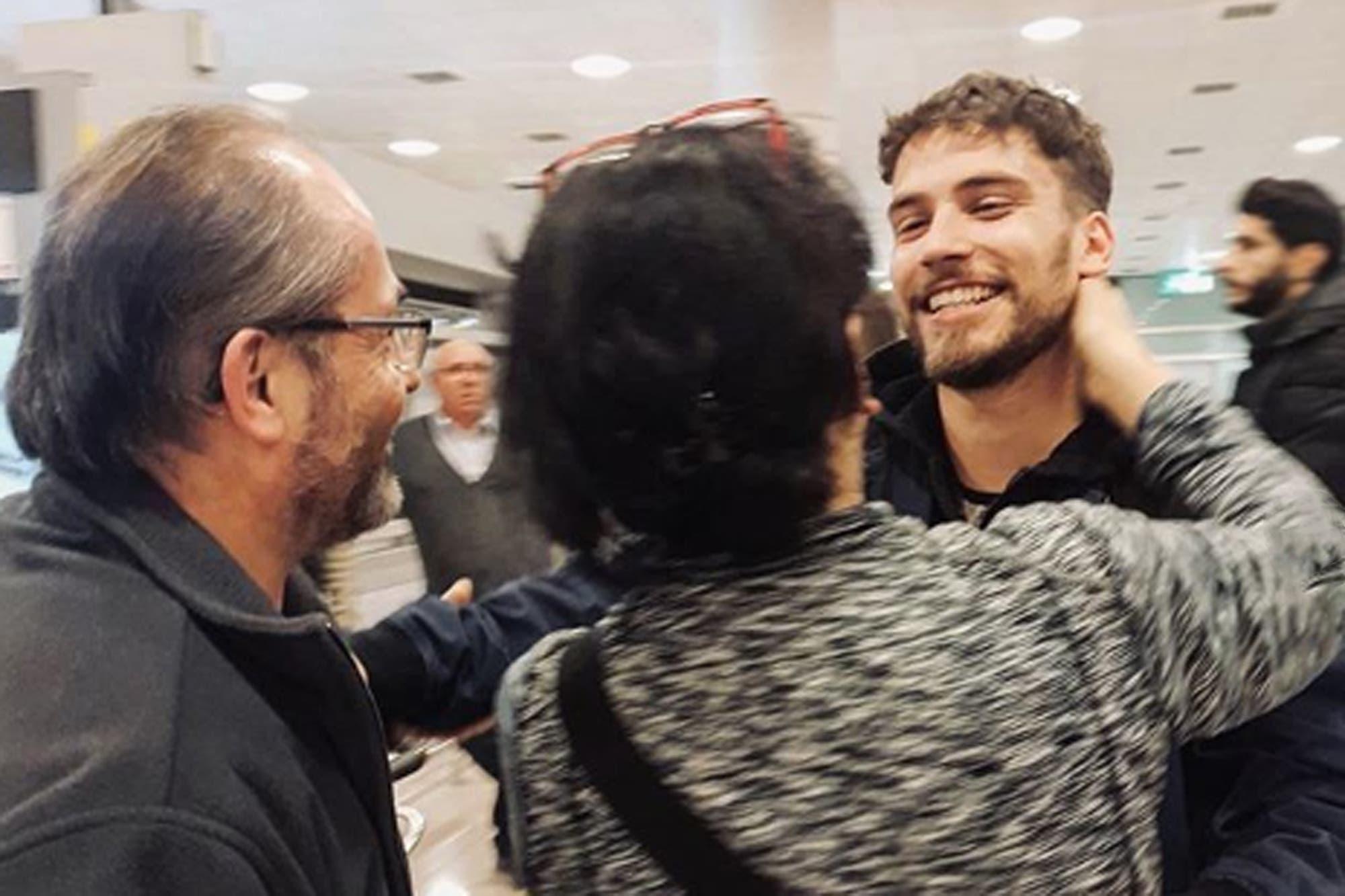 El emotivo reencuentro de Albert Baró con su familia, en España
