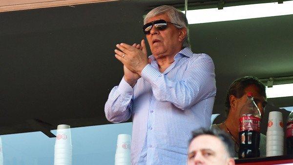 Duro cruce entre Hugo Moyano y un hincha de Independiente