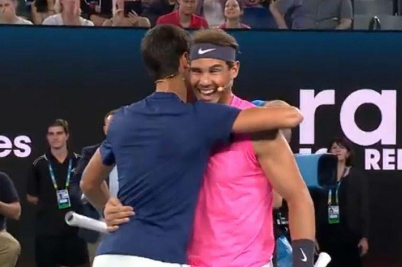"""Las bromas de Rafael Nadal y Novak Djokovic en una exhibición en Australia: la frase sobre la Nueva Generación y el gesto """"obsceno"""""""
