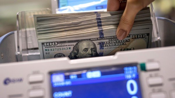 Dólar hoy: con pocas operaciones, el blue se mantiene a $ 141, y el oficial sigue bloqueado en los bancos
