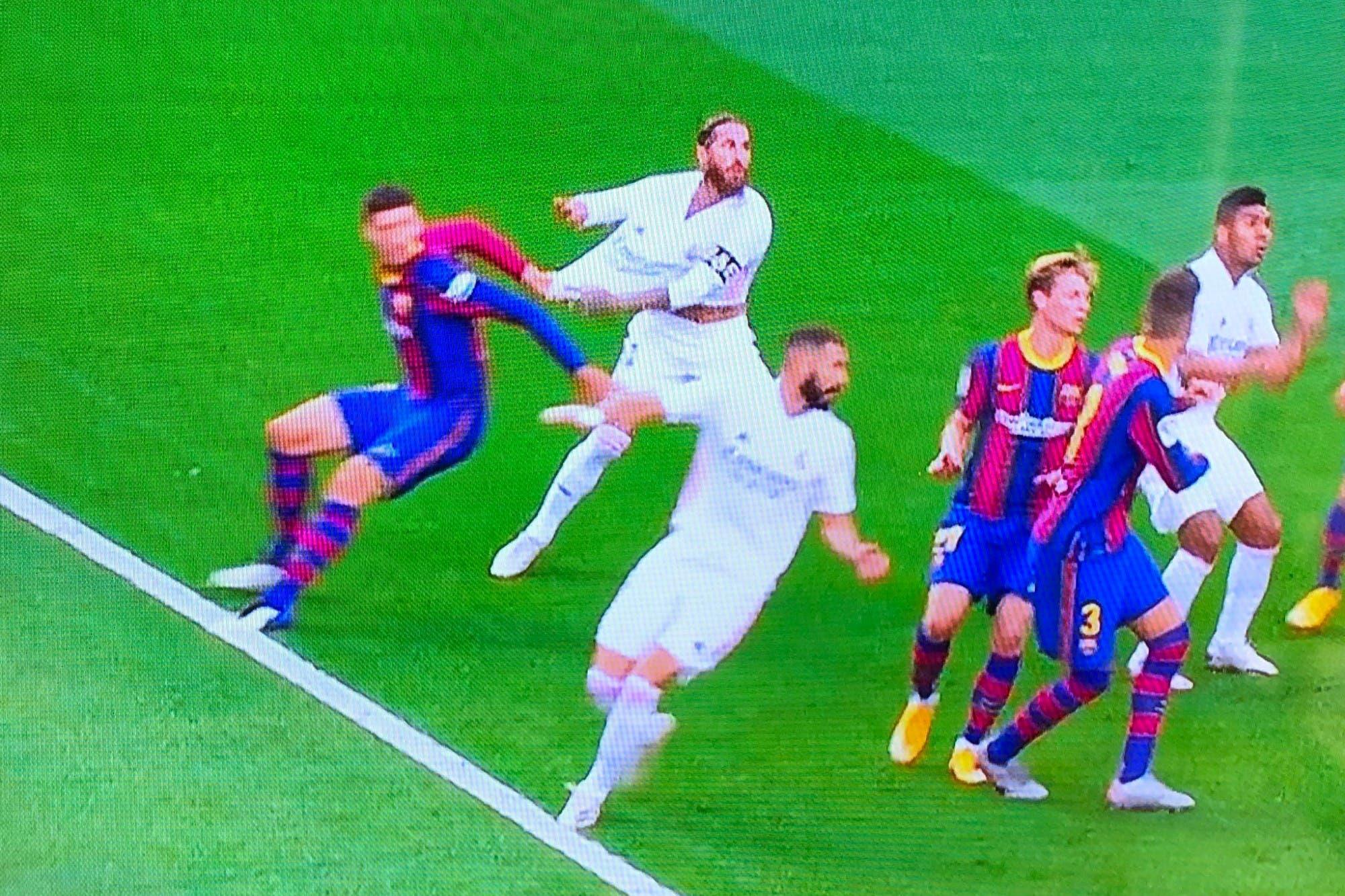 Barcelona-Real Madrid: el penal sancionado por el VAR para el gol de Sergio Ramos