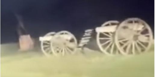 VÍDEO: Descubren un terrorífico fantasma en la carretera de un cementerio