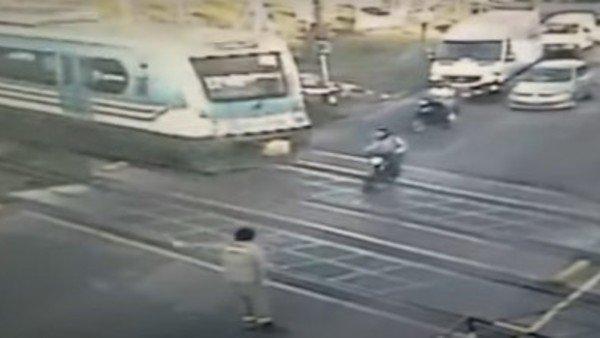 un-motociclista-fue-arrollado-por-el-tren-sarmiento-y-murio-en-el-acto